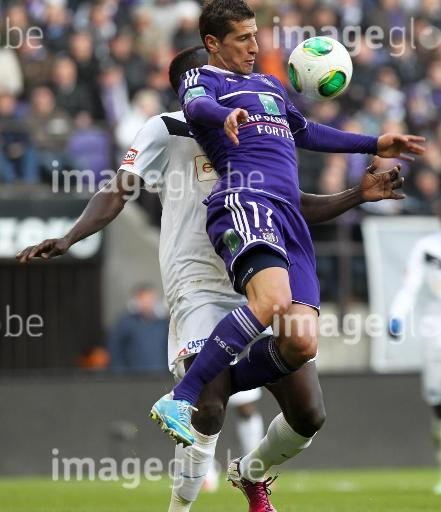 20130401 - ANDERLECHT, BELGIUM: Genk's Kara Mbodj and Anderlecht's Oleksandr Iakovenko fight for the ball during the Jupiler Pro League match between RSC Anderlecht and RC Genk, in Anderlecht, Monday 01 April 2013, on day 1 of the Play-Off of the Belgian soccer championship. BELGA PHOTO VIRGINIE LEFOUR
